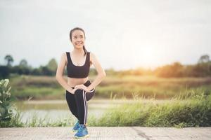 Jeune femme en bonne santé se réchauffant à l'extérieur pour la formation