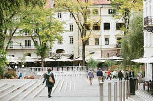 Les gens qui marchent sur le trottoir à Ljubljana