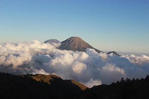 montagne au-dessus des nuages photo