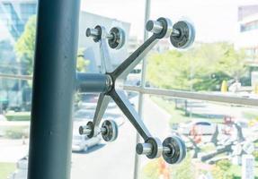 support de verre ou support métallique le verre de construction ou les verres muraux. photo