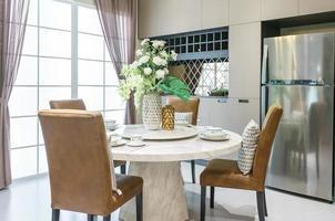 Vaisselle en céramique moderne dans un jeu de couleurs vert sur table à manger dans une maison de luxe.
