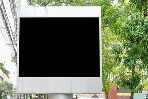 Panneau d'affichage avec écran vide pour la publicité extérieure, contre le ciel bleu nuageux