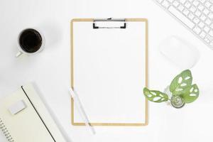 Vue de dessus de table de bureau minimal avec fournitures de bureau et tasse de café sur une table blanche avec espace de copie, composition de travail de couleur blanche, mise à plat