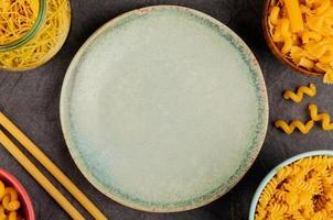 vue de dessus de différents types de macaronis photo