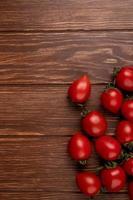 Vue de dessus des tomates sur le côté droit et fond en bois avec espace copie