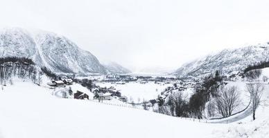 beau paysage de village d'hiver photo