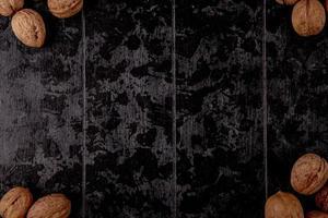 Vue de dessus des noix sur un fond en bois noir avec espace copie photo