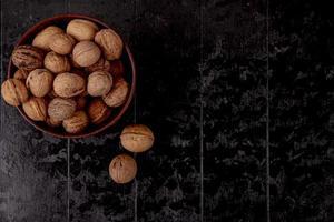 Vue de dessus de noix entières dans un arc en bois photo