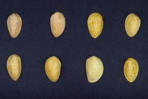 Vue de dessus de la coquille de pistache isolé sur fond noir
