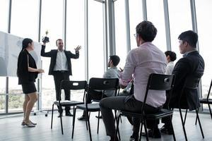 trophée en chef aux employées. photo