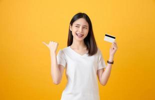 femme tenant une carte de crédit photo