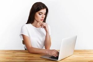 femme travaillant sur un ordinateur portable photo