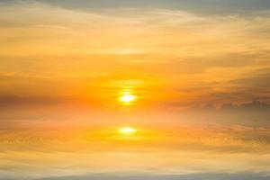 le soleil se couche dans la mer. photo
