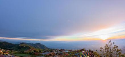Camping à phu tubberk en thaïlande photo
