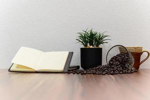 cahier et grains de café sur le bureau