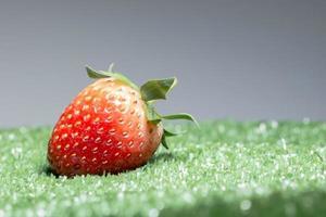 fraise sur fond vert