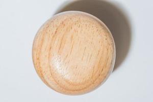bouchon de bouteille en bois sur fond blanc