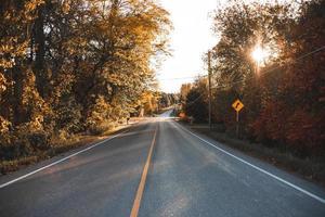 route du coucher du soleil d'automne