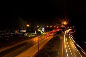 lampadaires et sentiers de lumière la nuit