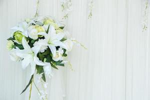 fleurs blanches sur le mur
