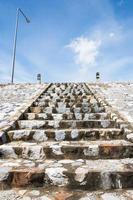 escaliers et ciel bleu