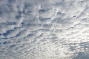 beau ciel bleu avec des nuages blancs photo