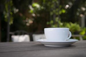Une tasse de café latte art dans un café photo