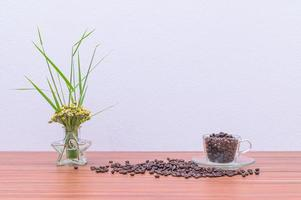 grains de café sur le bureau photo