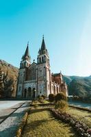 une photo colorée de la cathédrale