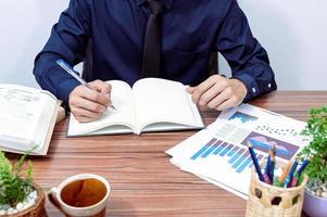 homme d'affaires travaillant à son bureau photo