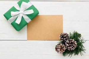 carte de voeux joyeux noël en papier kraft et modèle de maquette d'enveloppe avec coffrets cadeaux