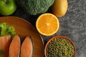 légumineuses, fruits et morceaux de saumon