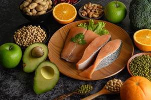 légumineuses, fruits et morceaux de saumon photo