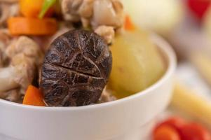 soupe aux boulettes de porc entourée d'ingrédients