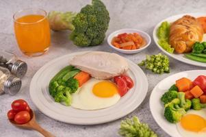 croissant aux œufs frais et petit-déjeuner aux légumes photo