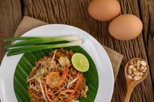 Assiette de crevettes pad thai au citron vert et oeufs