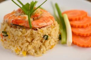 riz frit aux crevettes sur un plateau blanc