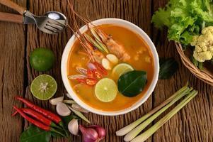 soupe tom yum kung thai chaude et épicée