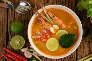 Soupe épicée thaïlandaise appelée tom yum kung aux crevettes