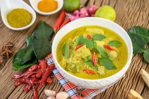 curry vert épicé dans un bol avec des épices