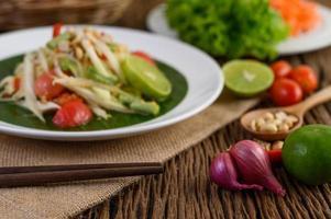 nourriture épicée à la thaïlandaise avec ail, citron, arachides, tomates et échalotes