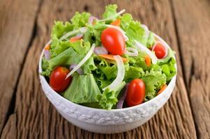 salade sur une table en bois
