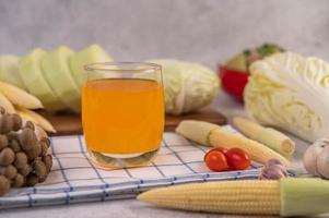 bébé maïs, tomates, chou et champignons