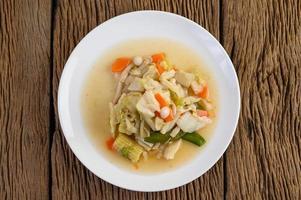 faire sauter des légumes mélangés sur une assiette blanche