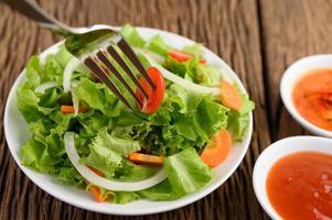 salade fraîche sur une table en bois photo