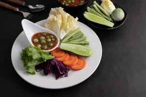 sauce dans un bol aux légumes