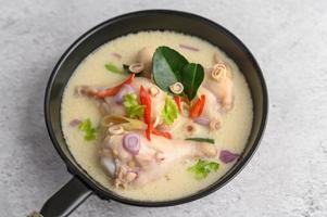 soupe tom kha kai avec feuilles de lime kaffir, citronnelle, oignon rouge, galanga et piment