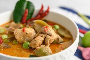 poulet épicé sauté aux aubergines thaïlandaises
