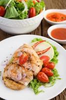 poulet grillé avec légumes grillés et salade