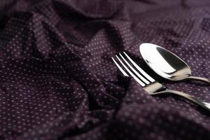 cuillère et fourchette placées sur un chiffon froissé